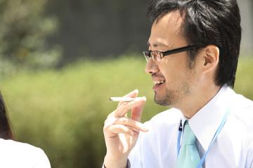 タバコを吸うビジネスマン