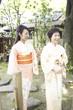 庭を散歩する和服女性2人