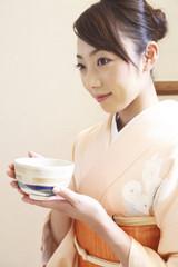 茶椀を持つ和服女性
