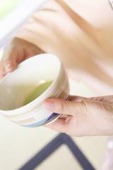 茶椀を回す和服女性の手元