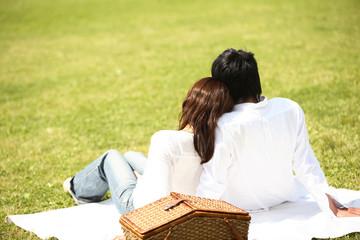 公園で佇むカップルの後姿