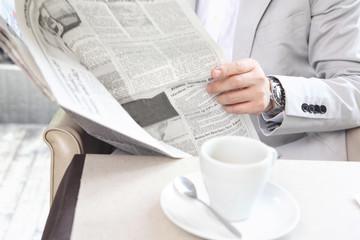 新聞を読むビジネスマンイメージ