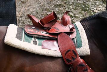 sella colorata e decorata su cavallo