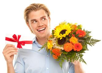 attraktiver mann mit blumenstrauss und gutschein