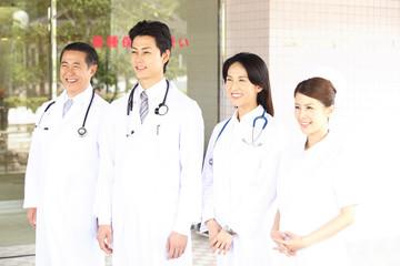病院前で見送る医者と看護師
