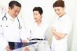 患者とレントゲンを見る医者と看護師