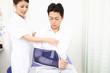 患者にアームリーダーをつける看護師