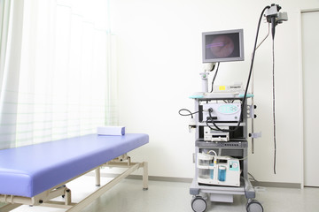 診察用のベッドと内視鏡