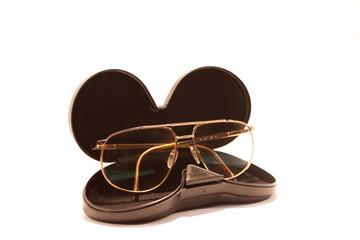 custodia con occhiali