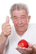 Senior sagt ja zu gesundem Essen