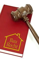 Buch mit Richterhammer aus Holz und Baurecht
