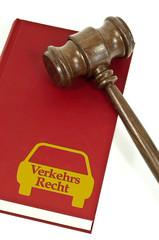 Buch mit Richterhammer aus Holz mit Verkehrsrecht