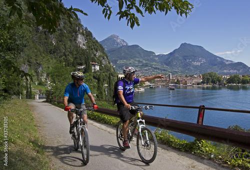 Mountainbiker am Gardasee bei Riva - 33781305