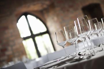 Weingläser und Fenster