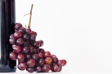 uvas con botella de vino aislado en fondo blanco