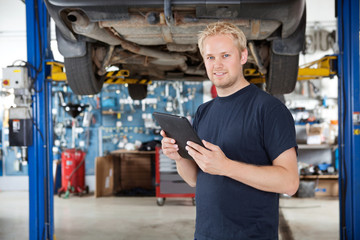 Mechanic with digital tablet