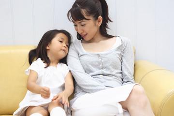 母親に甘える女の子