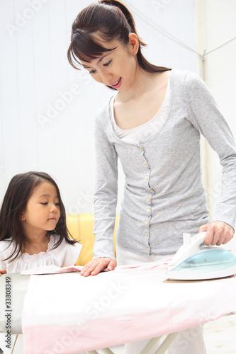 Poster アイロン掛けをしている母親