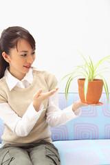 観葉植物を愛でる女性