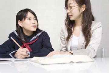 塾講師の問いに答えようとする女子中学生