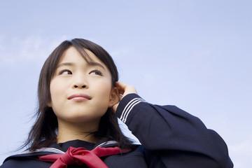 髪を耳にかける女子中学生