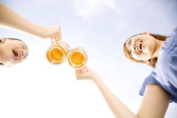 テレスで乾杯する2人の女性
