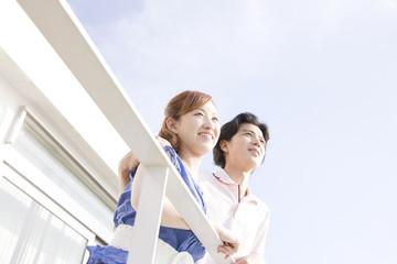 テラスから景色を眺めるカップル