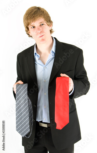 junger Mann sucht eine Krawatte aus