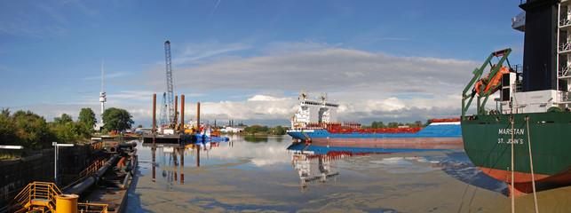 Auflieger im Ausrüstungshafen von Wilhelmshaven