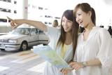 Două femei la aeroport pentru a vedea harta