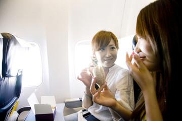 飛行機の中で食事をする2人の女性
