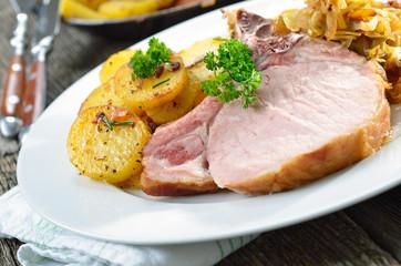 Schweinerippchen mit Kraut und Bratkartoffeln