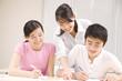 塾講師に勉強を教わる男女