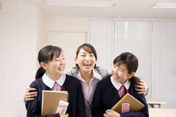 塾の講師に抱きつかれる女子中学生