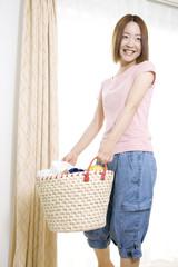 洗濯籠を持った女性