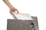 新聞紙を捨てる女性の手元