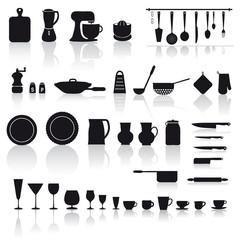 set di utensili e attrezzi da cucina: piatti, bicchieri e posate