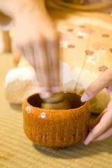 お茶を立てる女性の手元