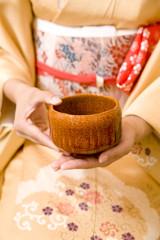 茶碗を持つ女性の手元
