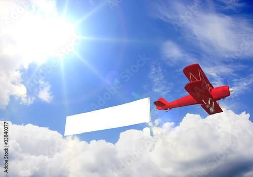 Doppeldecker mit Werbebanner bei Sonnenschein