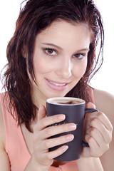Genussvoll Kaffee trinken, Frau blickt hübsch, hoch