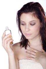 Hübsche Frau blickt auf Massage Öl, hoch