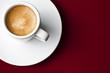 Taza de café sobre fondo rojo 3
