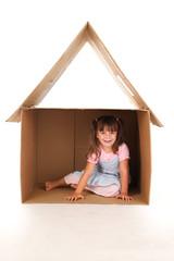 Kind mit Spielhaus