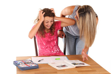 Mutter mit Tochter beim lernen