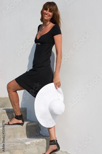 Donna con cappello che sale le scale di gianfranco bella for Sedia elettrica che sale le scale