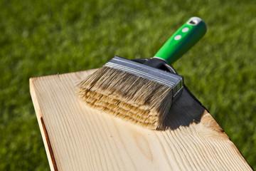 Holzlatte mit Pinsel einölen