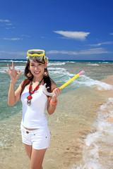 コマカ島の透明な海と笑顔の女性