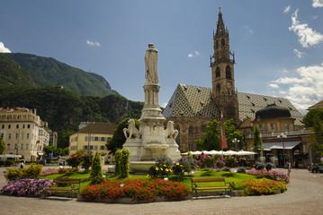 Marktplatz mit Brunnen und Kirche in Bozen