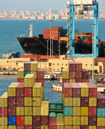Containership unloads cargo containers